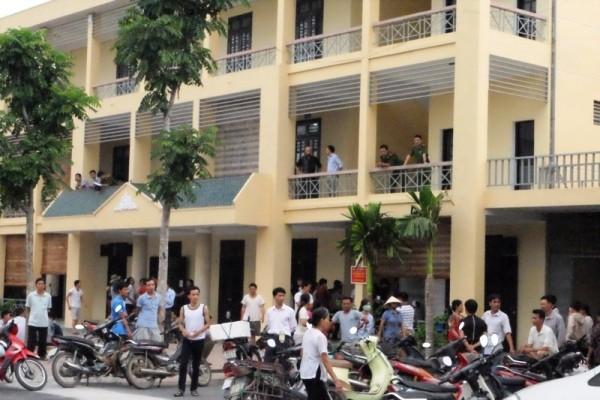 Bé gái 11 tuổi tử vong bất thường, người dân vây kín bệnh viện ảnh 1