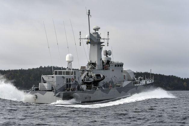 Các tàu rà soát mìn cũng được triển khai tới, quần thảo vùng biển xung quanh quần đảo Stockholm.