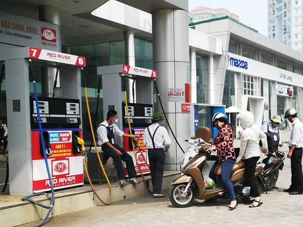 Giá xăng tiếp tục giảm hơn 500 đồng/lít