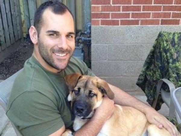Binh sỹ Nathan Cirillo tử vong do bị kẻ tấn công bắn từ sau trong khi anh không mang vũ khí