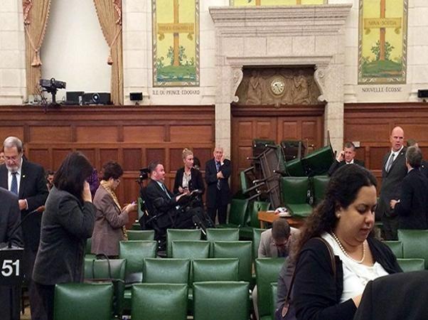 Các nghị sỹ Canada đã phải dùng ghế để chặn cửa chính tòa nhà quốc hội