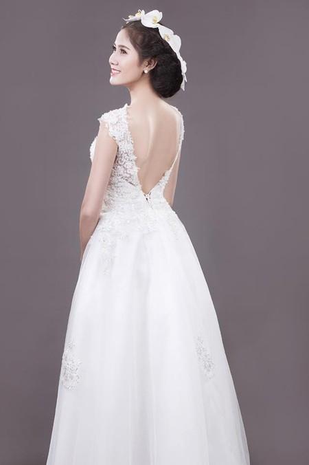 Người đẹp Làng Sen Hoàng Hạnh diện váy cưới lộng lẫy khoe vai trần gợi cảm ảnh 6