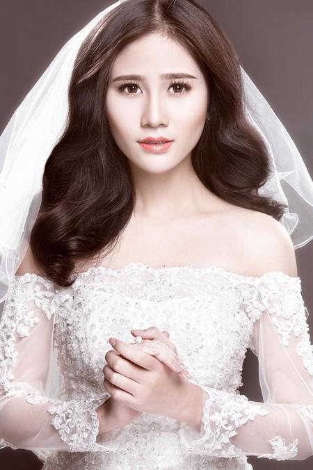 Người đẹp Làng Sen Hoàng Hạnh diện váy cưới lộng lẫy khoe vai trần gợi cảm ảnh 2