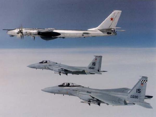 Máy bay chiến đấu NATO áp sát máy bay ném bom Tupolev-95 của Nga