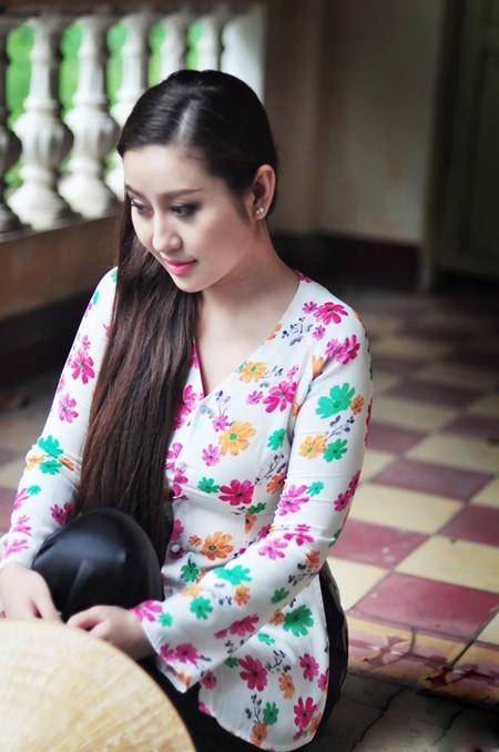 MC Kim Trang dịu dàng nón lá, áo bà ba