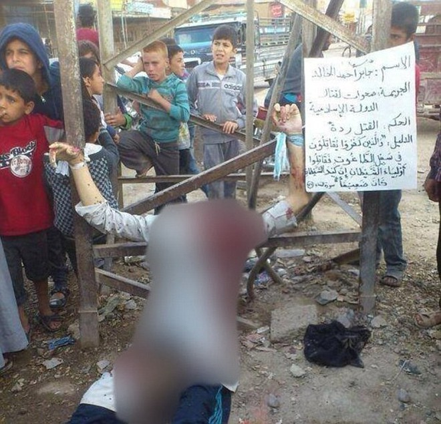 IS xử tử công khai và đóng đinh treo xác lính Syria ở hàng rào công cộng