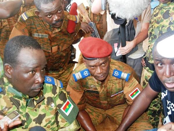 Trung tá Isaac Zida (ngoài cùng bên trái) lên làm tổng thống Burkina Faso một cách đầy bất ngờ