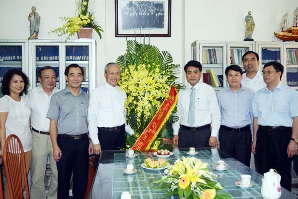 Thiếu tướng Nguyễn Đức Chung, Giám đốc CATP Hà Nội chúc mừng Linh mục Chính xứ Nguyễn Ngọc Châu