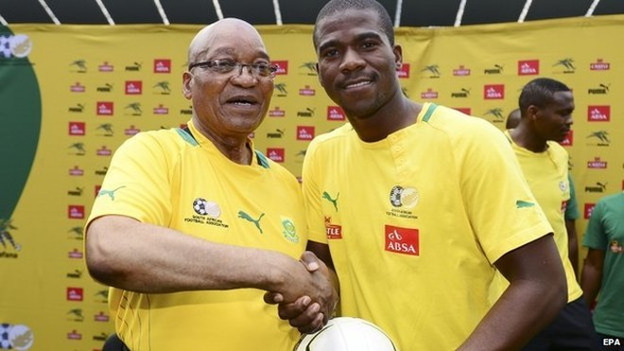 Tổng thống Nam Phi chụp ảnh cùng thủ môn Meyiwa hồi năm 2013. Nhà lãnh đạo này nói rằng không có lời nào diễn tả được cú sốc mà Nam Phi phải đón nhận sau cái chết của Meyiwa
