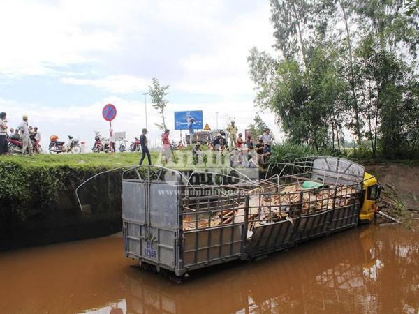 Tránh xe máy, xe tải chở gạch lao xuống kênh, 4 người bị thương ảnh 1
