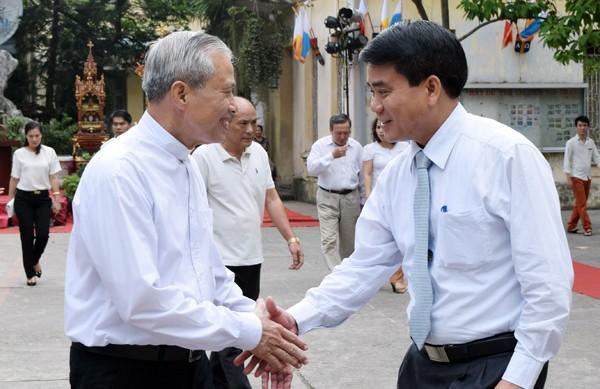 Thiếu tướng Nguyễn Đức Chung chúc mừng các linh mục và bà con giáo dân