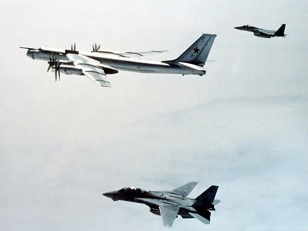 Máy bay ném bom Tu-95 của Nga bị 2 chiếc máy bay chiến đấu của NATO áp tải