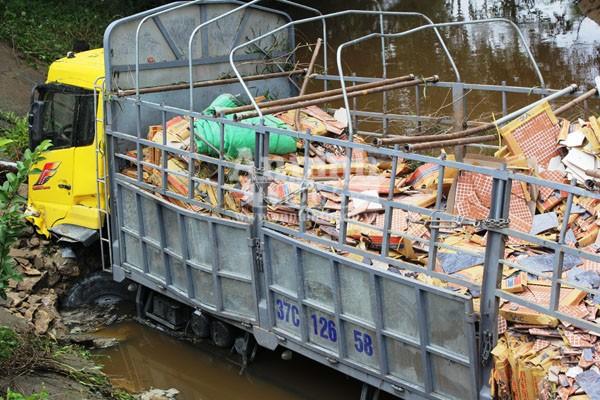 Tránh xe máy, xe tải chở gạch lao xuống kênh, 4 người bị thương ảnh 2