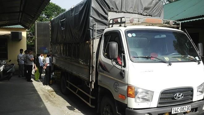 Lực lượng chức năng kiểm tra xe tải có dấu hiệu nghi vấn