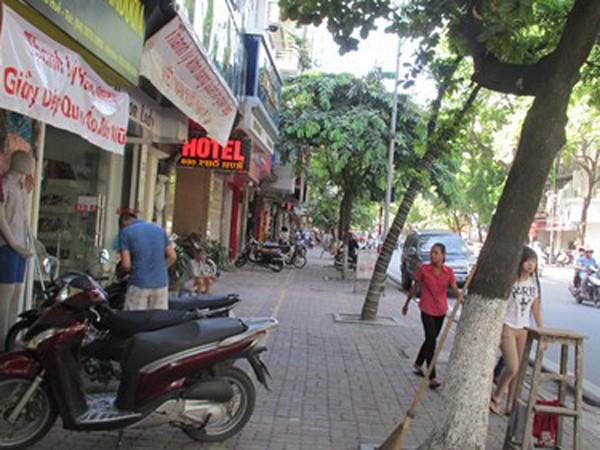 Tuyến Phố Huế - xe máy dựng sát mép trong, người dân đi bộ thoải mái