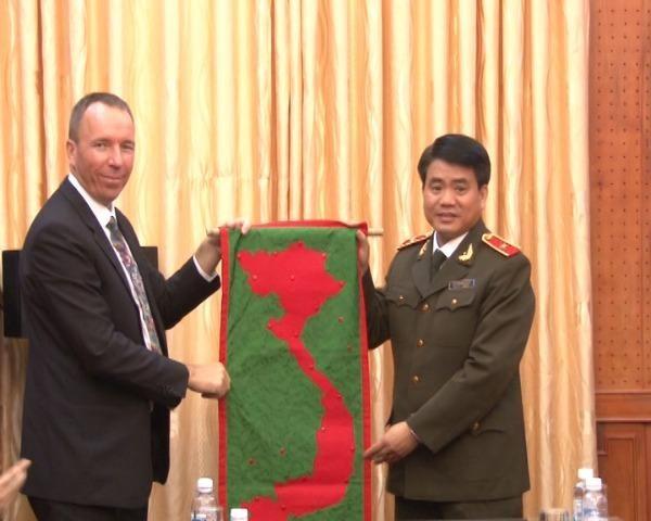 Mục sư Jacob Bloemberg tặng quà CATP Hà Nội