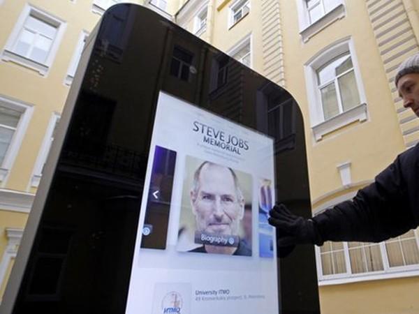 """Bức tượng iPhone """"đoản mệnh"""" vì phát ngôn mới của CEO Tim Cook?"""