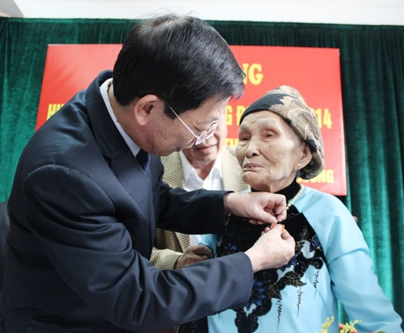 Chủ tịch UBND TP Hà Nội Nguyễn Thế Thảo trao tặng Huy hiệu 70 năm tuổi Đảng ảnh 1