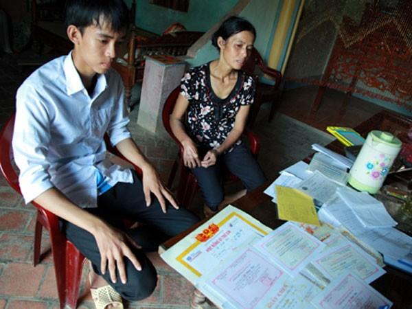 """Đứa con nguy cơ """"thất học"""" vì mẹ bệnh tim, cha ung thư ở miền quê nghèo"""