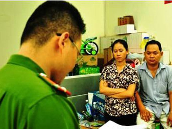 Cơ quan CSĐT đọc lệnh bắt giữ vợ chồng Vương Chấn Thanh