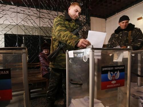 Một binh sĩ ly khai đi bỏ phiếu hôm 2-11