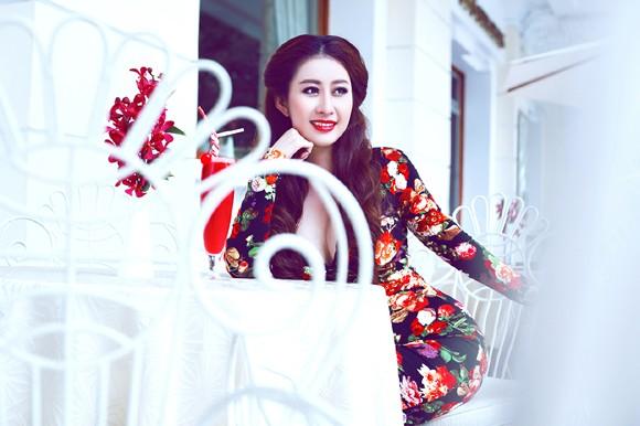 MC Kim Trang gợi cảm giữa mùa thu Sài Gòn
