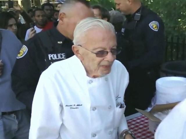 Cảnh sát bắt giữ cụ ông Arnold Abbott, 90 tuổi vì đã cho người vô gia cư thức ăn