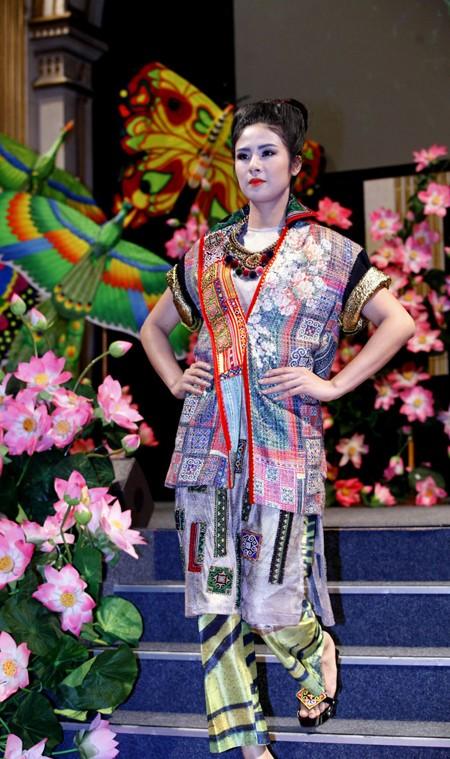 Hoa hậu Ngọc Hân diện áo dài thổ cẩm chinh phục các tín đồ thời trang Paris