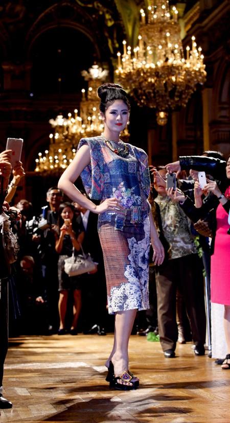 Hoa hậu Ngọc Hân diện áo dài thổ cẩm chinh phục các tín đồ thời trang Paris ảnh 3