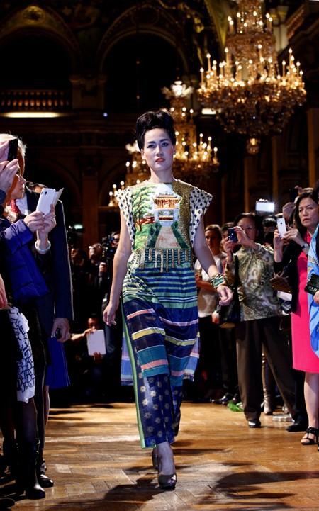 Hoa hậu Ngọc Hân diện áo dài thổ cẩm chinh phục các tín đồ thời trang Paris ảnh 9