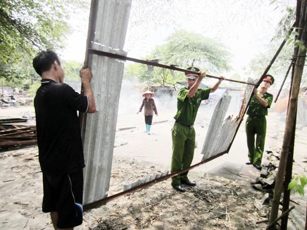 CAP Cổ Nhuế 2, quận Bắc Từ Liêm giúp dân tháo dỡ lều lán nhà tạm
