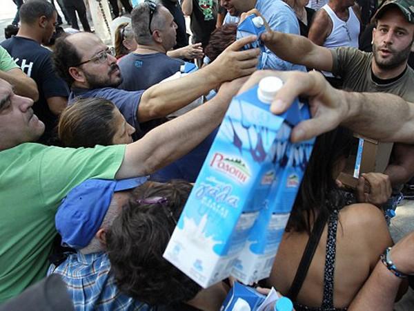 Những người thất nghiệp xin sữa miễn phí tại Thủ đô Athens của Hy Lạp