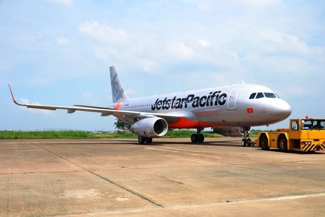 Chiếc máy bay cánh cong của Jetstar Pacific vừa về đến sân bay Tân Sơn Nhất chiều 5-11