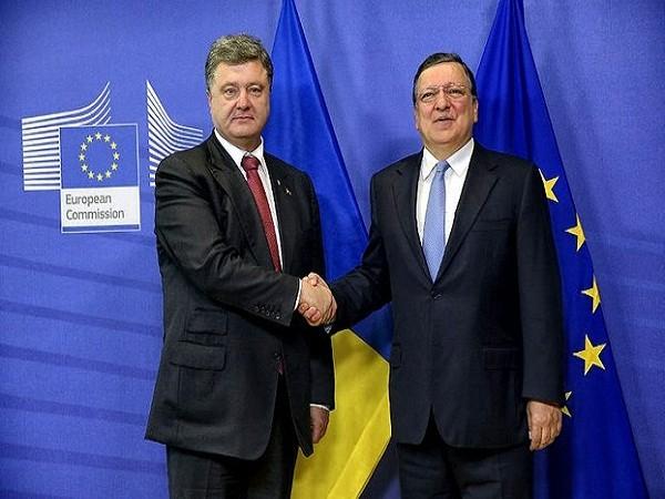 Tổng thống Ukraine Petro Poroshenko (trái) và