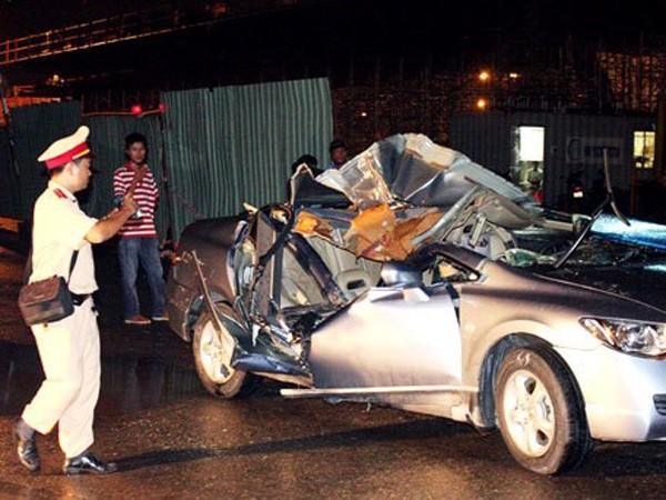 Chiếc xe ô tô bị trụ bê tông đổ ập xuống đè bẹp rúm vụ trong vụ tai nạn tại công trình xây dựng hầm chui đường dẫn cầu Phú Mỹ