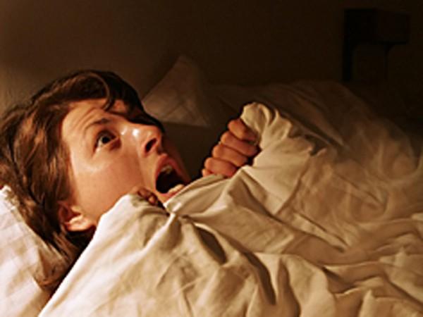 Mơ bị trượt ngã và bừng tỉnh có thể do những thay đổi trong huyết áp