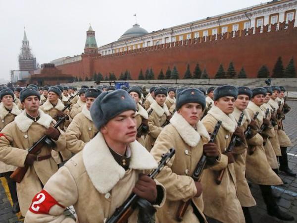 Ngày 7-11, hơn 6.000 người đã diễu hành trên Quảng trường Đỏ ở Matxcơva để kỷ niệm 73 năm ngày diễn ra cuộc diễu binh huyền thoại của Hồng quân Liên Xô