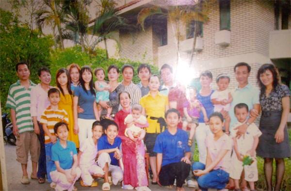 Bà Nguyễn Thị Đỗ bên cạnh các con cháu của mình (Ngồi giữa mặc áo dài, bế đứa trẻ)