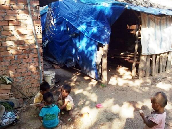 Những đứa trẻ khó hòa nhập được vì không biết tiếng Việt