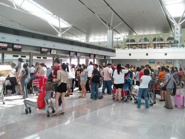 Hành khách xếp hàng dài chờ làm thủ tục lên máy bay tại sân bay Tân Sơn Nhất