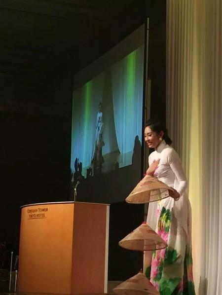 Hoa hậu Đặng Thu Thảo điệu đà áo dài sen nón lá 3 tầng thi năng khiếu ảnh 2