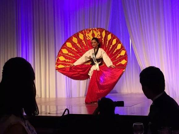 Hoa hậu Đặng Thu Thảo điệu đà áo dài sen nón lá 3 tầng thi năng khiếu ảnh 8