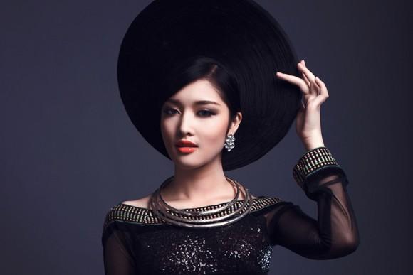Hoa hậu Triệu Thị Hà kết hợp áo dài với khăn Piêu độc đáo ảnh 8