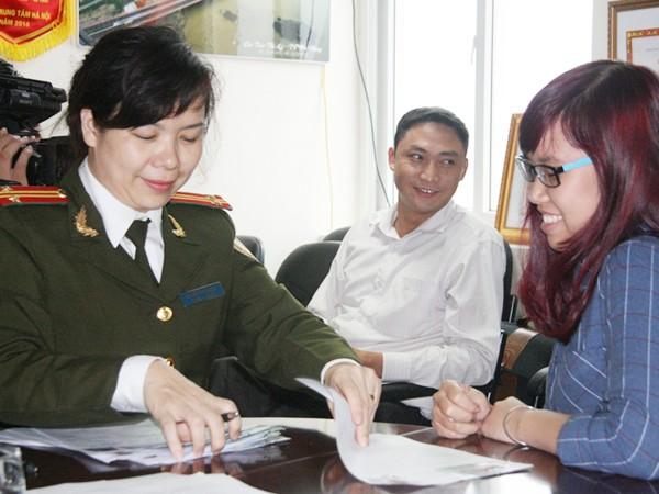 Phấn khởi và hồ hởi khi được cán bộ Phòng QLXNC - CATP Hà Nội làm thủ tục cấp hộ chiếu tại chỗ