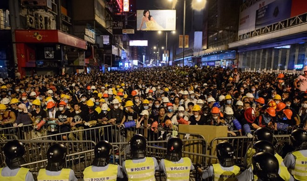 Cảnh sát được triển khai ngăn chặn người biểu tình chủ trương chiếm lại Mongkok ngày 19-10