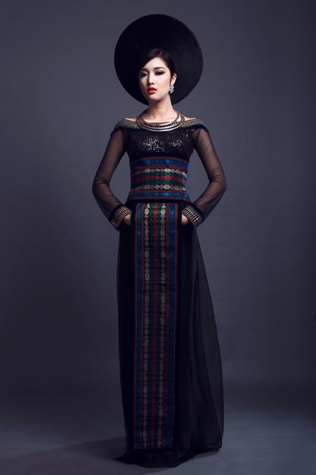 Hoa hậu Triệu Thị Hà kết hợp áo dài với khăn Piêu độc đáo ảnh 6