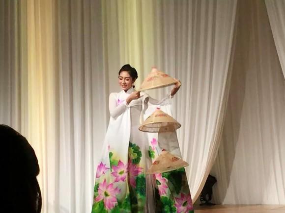 Hoa hậu Đặng Thu Thảo điệu đà áo dài sen nón lá 3 tầng thi năng khiếu ảnh 1