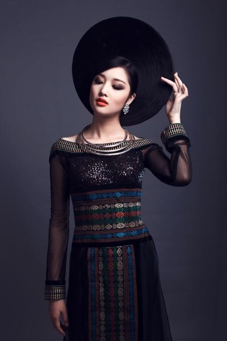 Hoa hậu Triệu Thị Hà kết hợp áo dài với khăn Piêu độc đáo ảnh 7