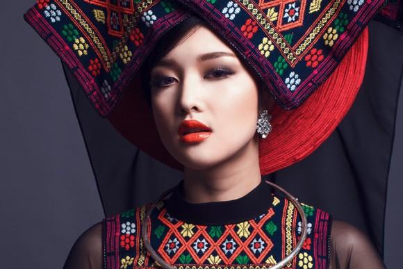Hoa hậu Triệu Thị Hà kết hợp áo dài với khăn Piêu độc đáo ảnh 4