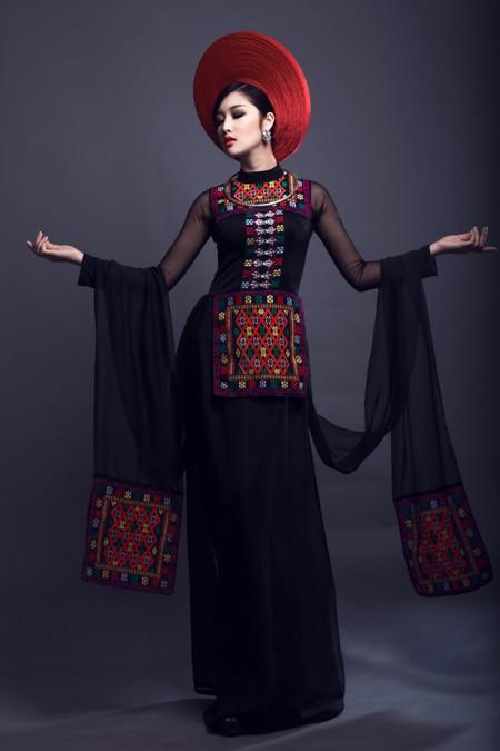 Hoa hậu Triệu Thị Hà kết hợp áo dài với khăn Piêu độc đáo